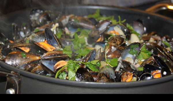 cambridge-food-tour- mussels-white-wine-garlic